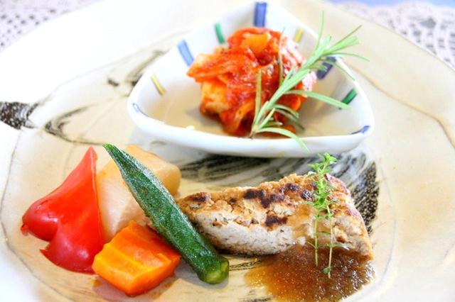 画像: 料理は全て常に変わっていく。今回のメインは三元豚のミートローフと、チキンのトマト煮込みなど