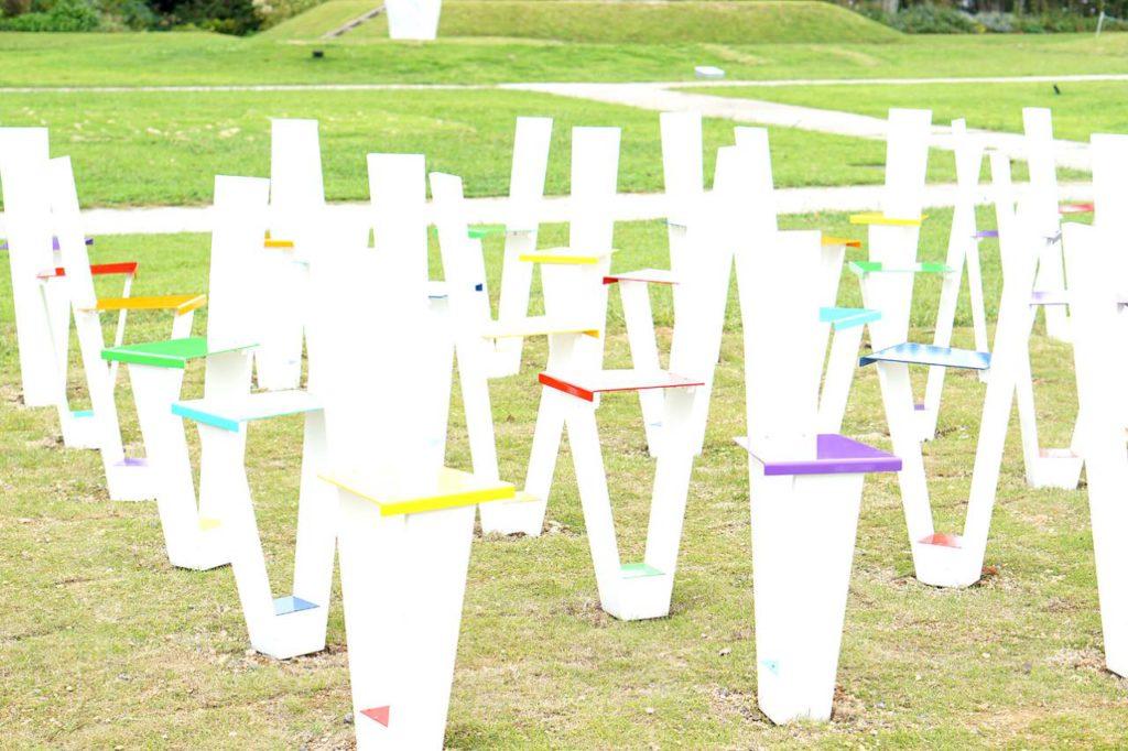 画像: 島根県立石見美術館賞を受賞した「みんなで微笑む(虹色の椅子)」(志賀政夫作)