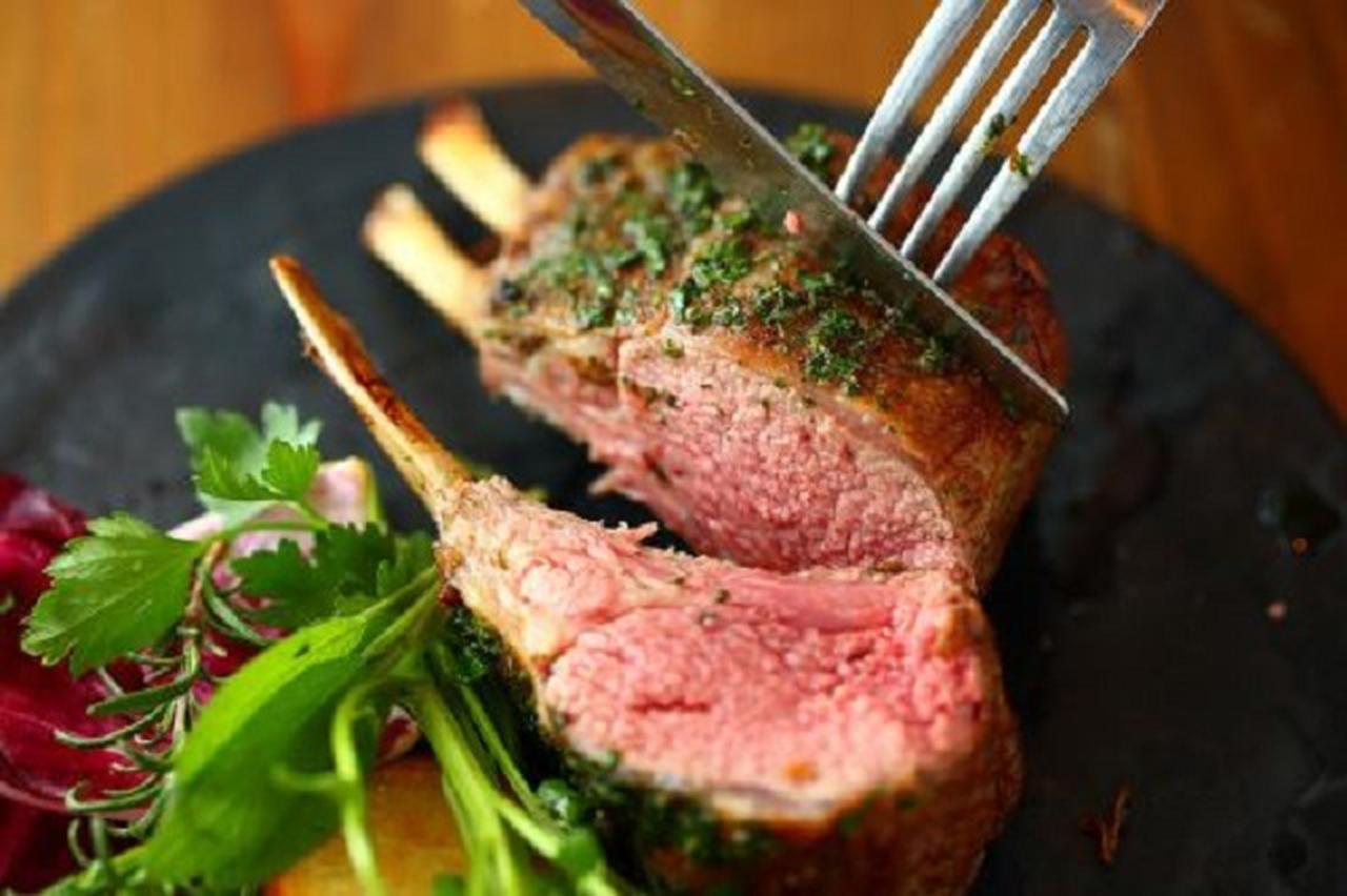 画像1: 「ラムラックのロースト」ナイフを入れてから溢れ出る肉汁は最高の幸せを感じる
