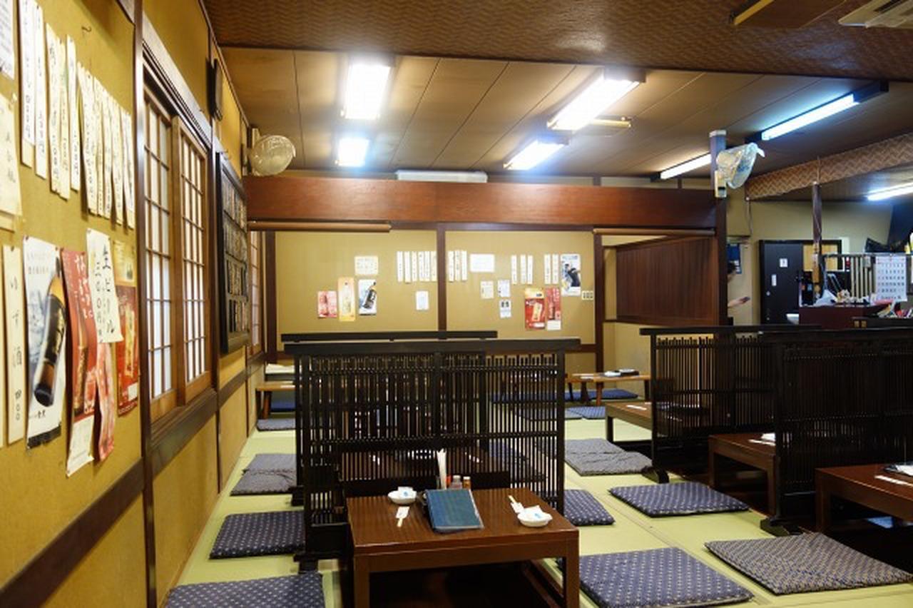 画像: 昭和的だが清潔感があり、古さを感じさせない2階の掘りごたつスタイルのお座敷。広々した雰囲気もいい