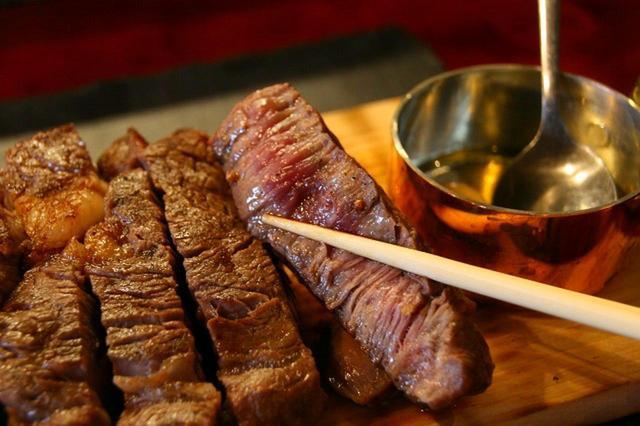 画像: ステーキは、敢えてレアで上げて、木の温もりで仕上げるため、ビーフ本来の旨みが凝縮している