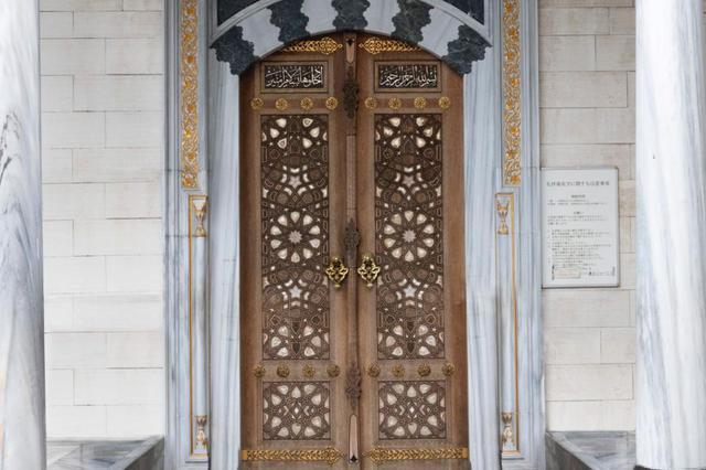画像: モスクの入り口。ここで靴を脱ぎ、扉を開けて入館します