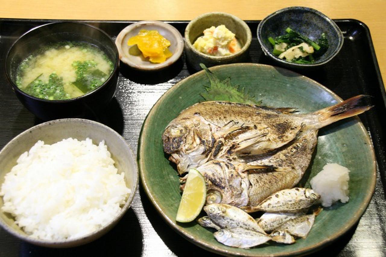 画像: 大将おまかせ「本日の自家製一夜干し定食」。小鉢2つにお新香、ごはん、お味噌汁もつく。小鉢は日替わりだ