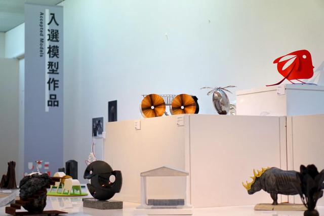 画像: 計40点の入選作品プランが並ぶ「UBEビエンナーレライブラリー」