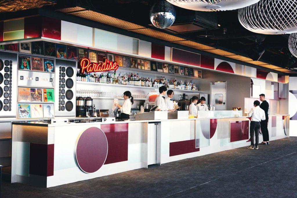 画像: 軽食やスイーツ、アルコールなどのドリンクが提供されるミュージック・バー「Paradise Lounge」