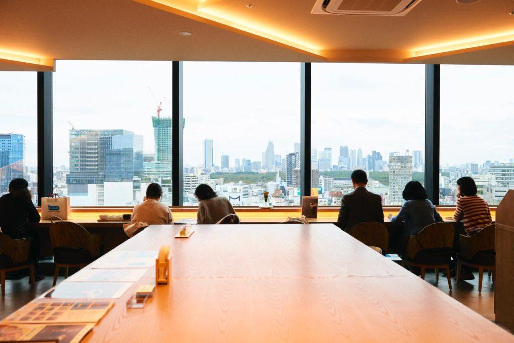 画像: 絶景カフェ。14階 神楽坂茶寮 で交差点を見下ろす