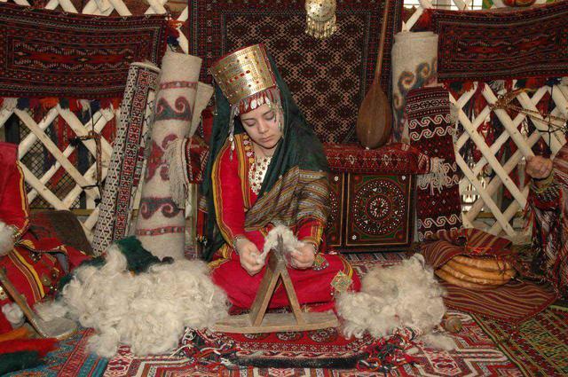 画像2: 【トルクメニスタンのお土産】国旗にも描かれている手織りの絨毯がおすすめ