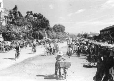 画像: 昭和20年時代の日曜市(『高知市街路市開設300周年記念 街路市資料集』より出典)