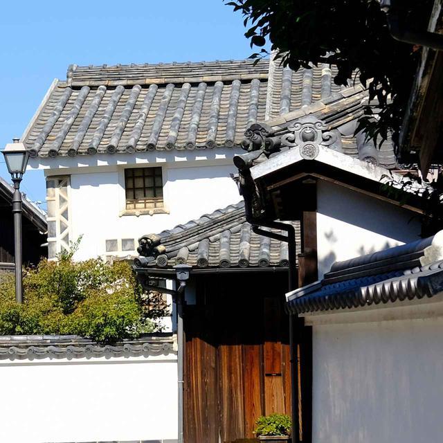画像: 本瓦葺きの家々。