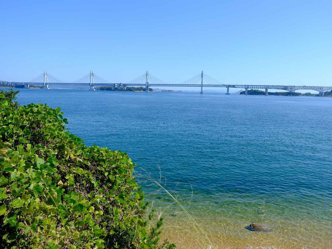 画像: 瀬戸大橋がきれいに見えるスポット「新在家海岸」。海岸まで降りることもできます。