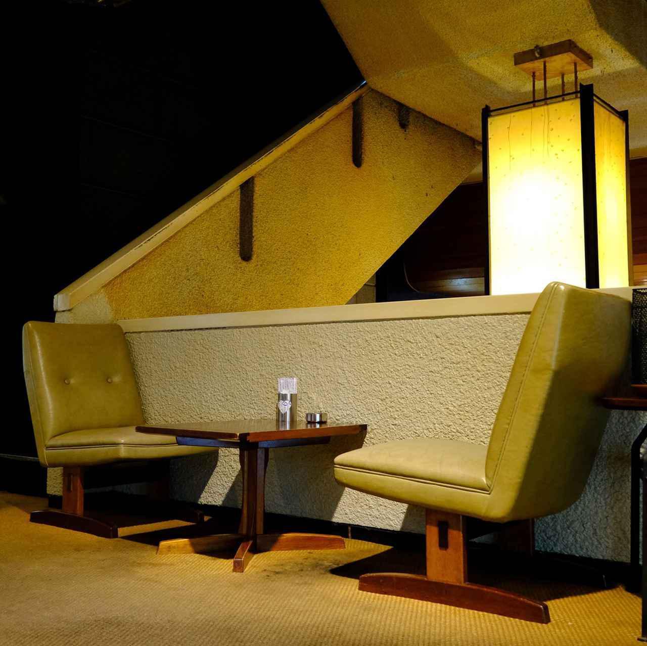 画像: 高松市内の家具メーカー「桜製作所」のテーブル&チェア。座りやすくゆったりとした座り心地と、テーブル間隔もたっぷりと贅沢にとられています。