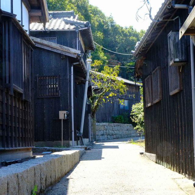 画像: 昔のままの姿をとどめる木造家屋。道は細く、網の目のように入り組んでいます。
