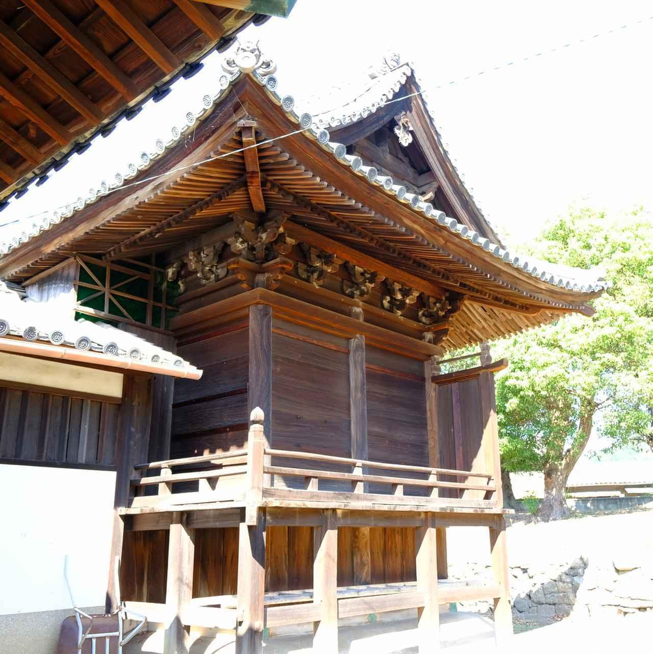 画像: 本殿の創建は今から300年ほど前。飛檐(ひえん)垂木が屋根の美しい反りを形作っています。