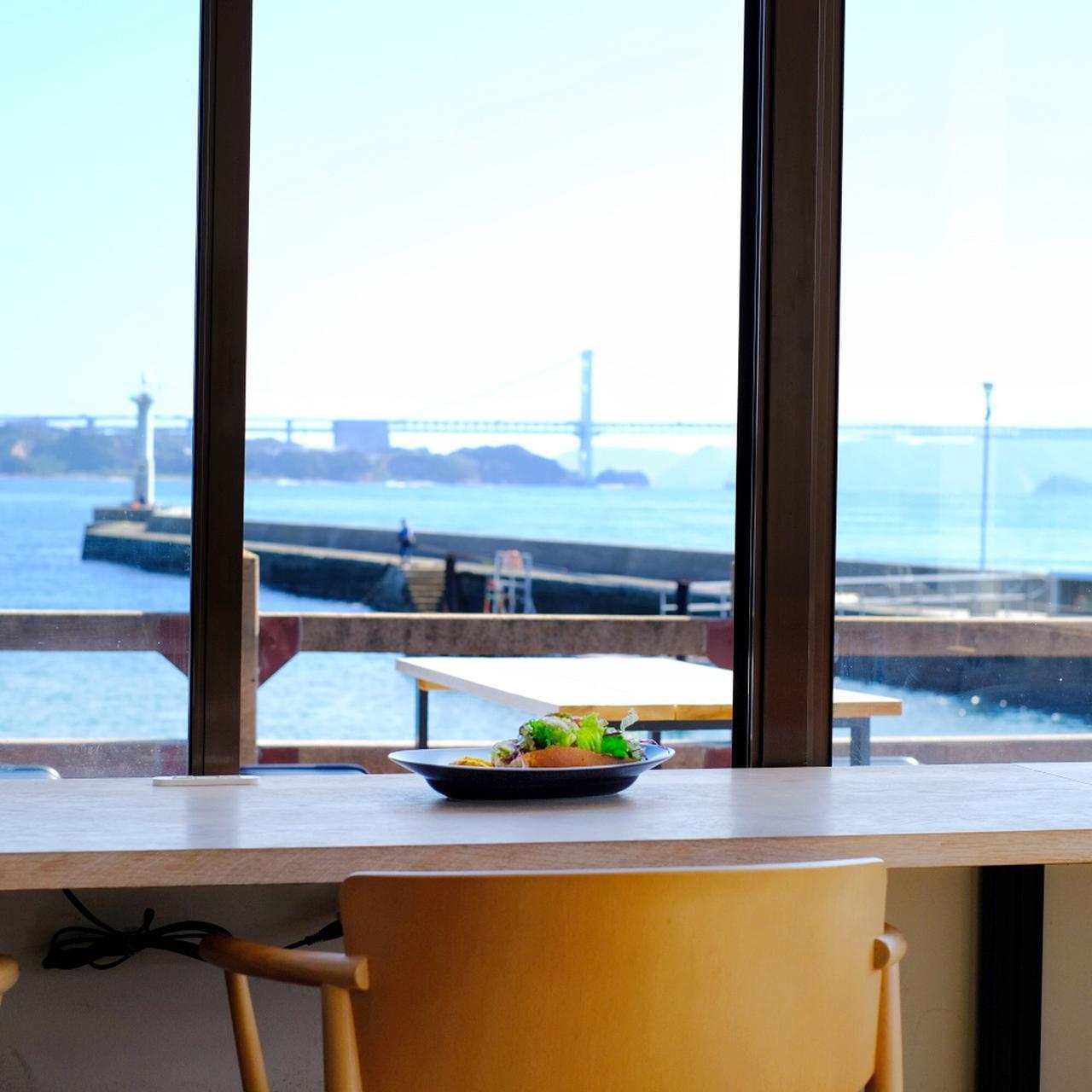 画像: 港近くの海が見えるカフェ「Honjima Stand」でひと休み。