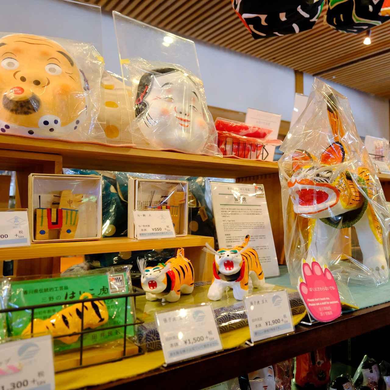 画像: 田井民芸の張子虎もありました。他にも紙や木工の民芸品が勢ぞろいです。