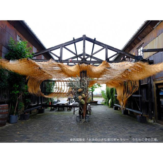 画像: 3年に一度開催される「瀬戸内国際芸術祭(以下、瀬戸芸)」の野外展示が行われていました。このエリアでは、地元の魅力的な文化や産品をテーマにしたアートが飾られていました。