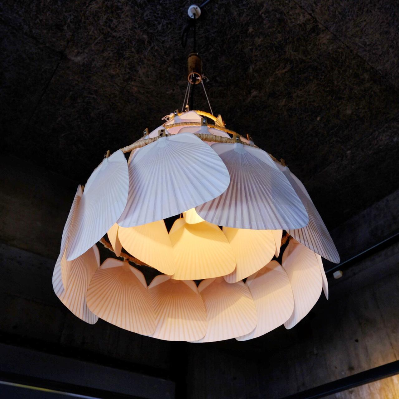 画像: 天井からぶら下げられているのは「丸亀うちわ」を花びらのように重ねた照明。
