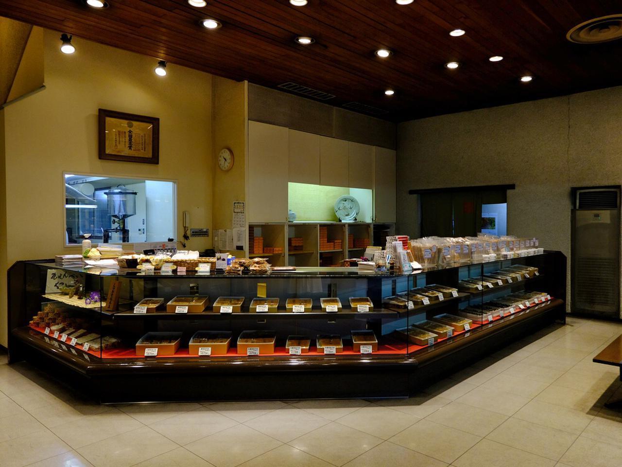 画像: 1階は瓦せんべいや和菓子が売られています。瓦せんべいは150年の歴史がある、高松を代表するお菓子です。