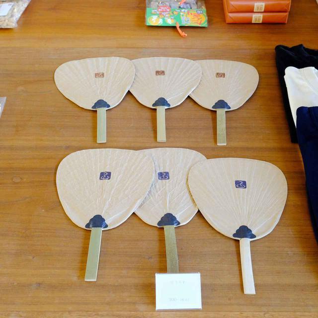 画像: 温泉に必要なタオルやてぬぐいの他、香川のおみやげなども置かれています。