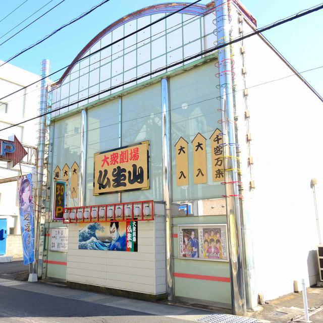 画像: 仏生山駅から徒歩2分。門前町へ向かう途中にあるのが「大衆劇場 仏生山」。大衆演劇を行う専用劇場です。全国で40か所ほどある専用芝居小屋のひとつです。