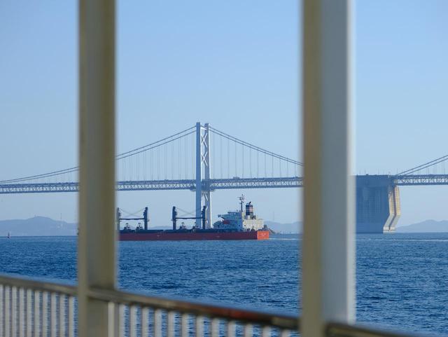 画像: 途中、船の上からも瀬戸大橋が良く見えます。大型船が行き来する景色もとてもきれいです。