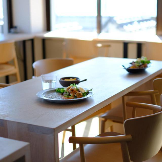 画像: Honjima Standは2018年11月、定食屋さんの跡地にオープンしました。「海を見ながら美味しいビールを飲めるカフェ」がコンセプト。このカフェを通して、本島の歴史や文化にひとりでも多くの人が触れ、そしてそこから本島との関わりを持つ人が増えていけばという想いが込められています。