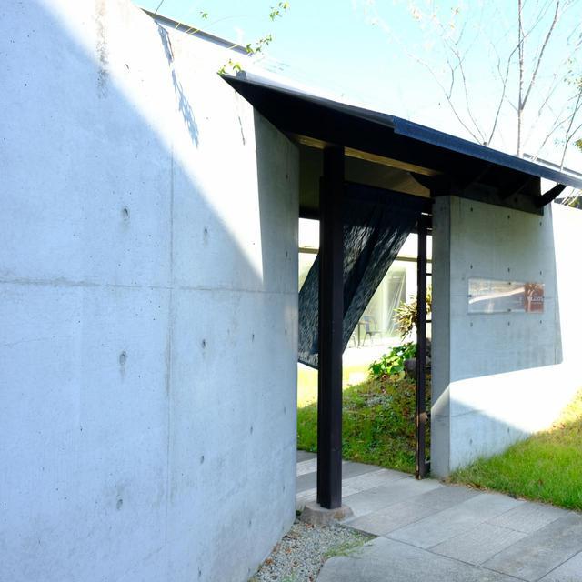 画像: 裏側へまわるとコンテンポラリーなコンクリート打ちっぱなし。外観とのギャップに期待感が高まります。