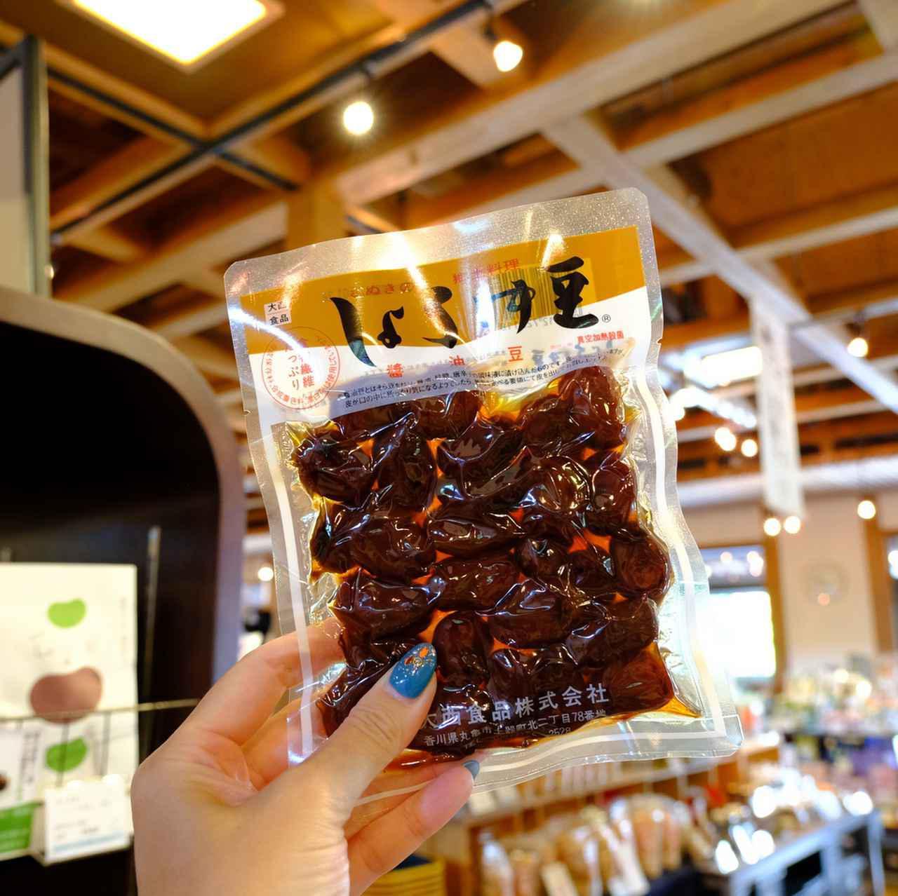 画像: おみやげ品も買えます。こちらは香川名物「しょうゆ豆」。ほくほくとした食感で箸が止まらなくなります。