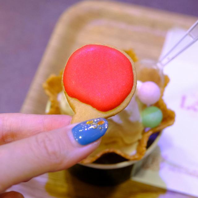 画像: 卓球ラケット型のアイシングクッキーと、四国の嫁入りお菓子「おいり」がボール風に添えられています。