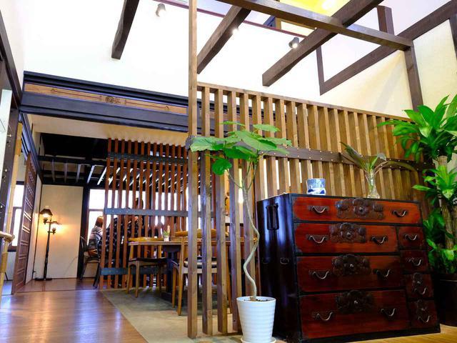 画像: 店内は日本家屋の部材を残しながらきれいにリノベーションされており、和家具やアンティーク時計などが置かれています。