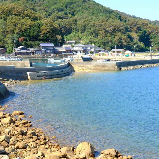 画像: 笠島港から見る景色にも、青く澄んだ海が広がります。