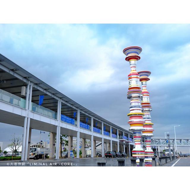 画像: 瀬戸内の島々への出発地点ともなる高松港。芸術祭の期間外でも見られる展示がいくつかあります。