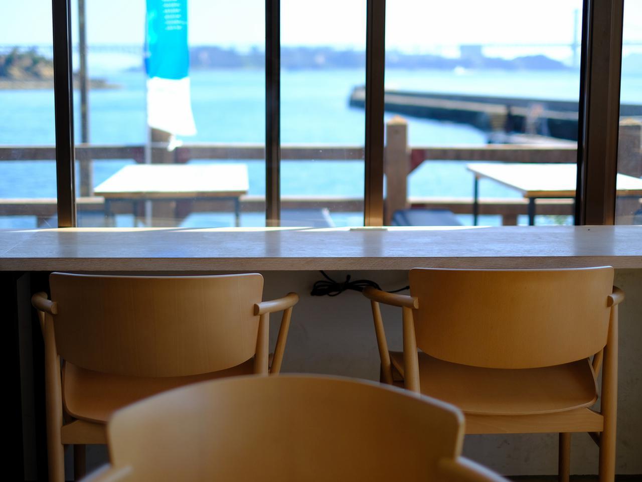 画像: 目の前の海、そして行き交うフェリーの姿を眺めながら景色と食事を楽しめます。遠くには瀬戸大橋も見えます。