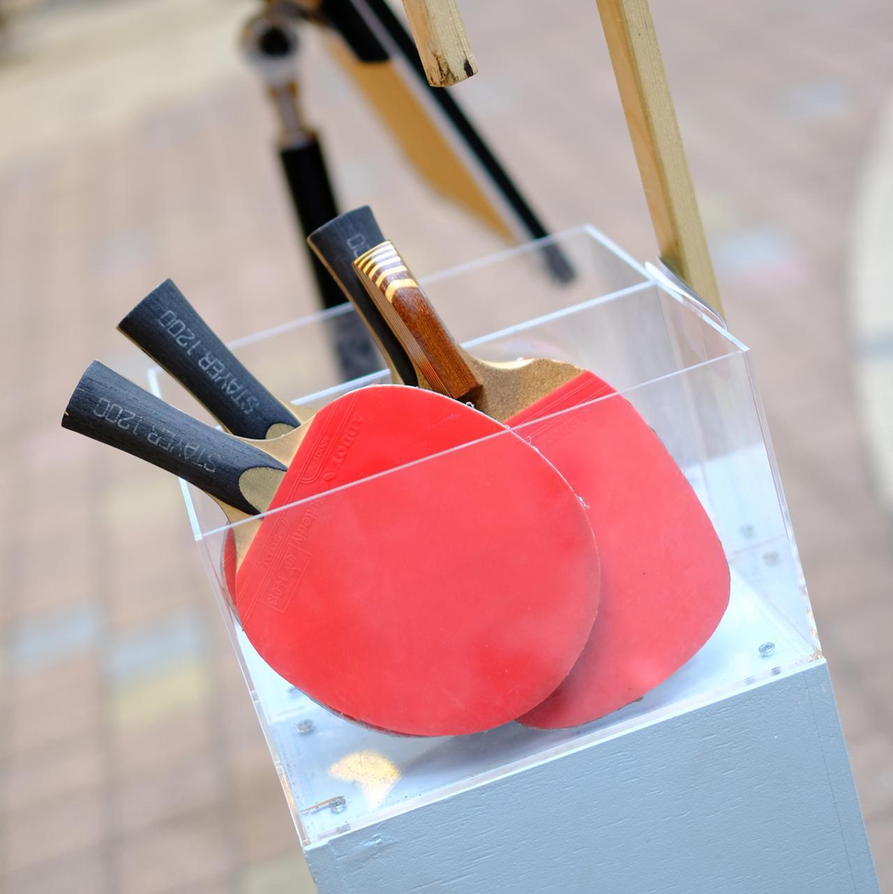 画像: 体験型のアート展示「アーケード卓球」の卓球台では、ふらりとやってきたOLさんたちが卓球を楽しむ様子も見られました。