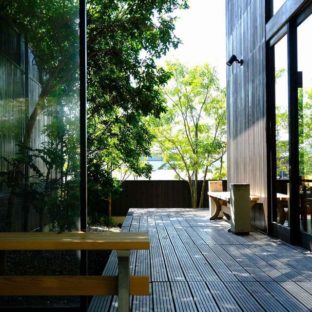 画像: お風呂上りに外の風に当たりたい、そんな時はデッキテラスへ。
