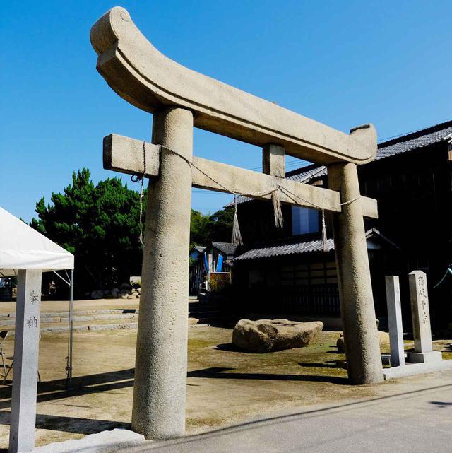画像: 泊地区の「木烏神社」。海に面した石の鳥居は両側が上へと丸く盛り上がったような独特の形。塩飽年寄の宮本家により寄進されました。