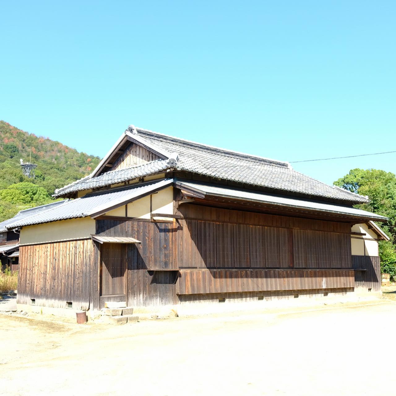 画像: 江戸時代の芝居小屋「千歳座」。当時の塩飽繁栄の象徴ともいえる常設の小屋。旅芝居の一行を招いて興行を行ったり、地元の若者が毎晩練習を重ね、芝居上演を開催していました。