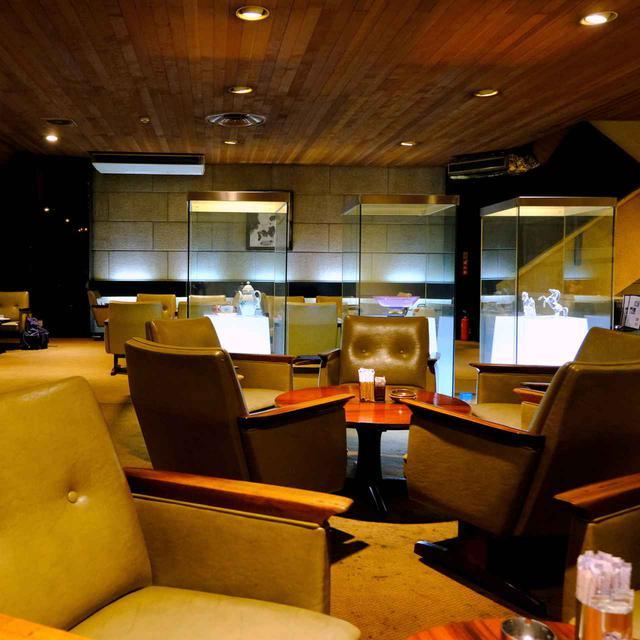 画像: 3階はほど良い暗さ。一人掛けソファが幅広く、ゆったりと座れます。