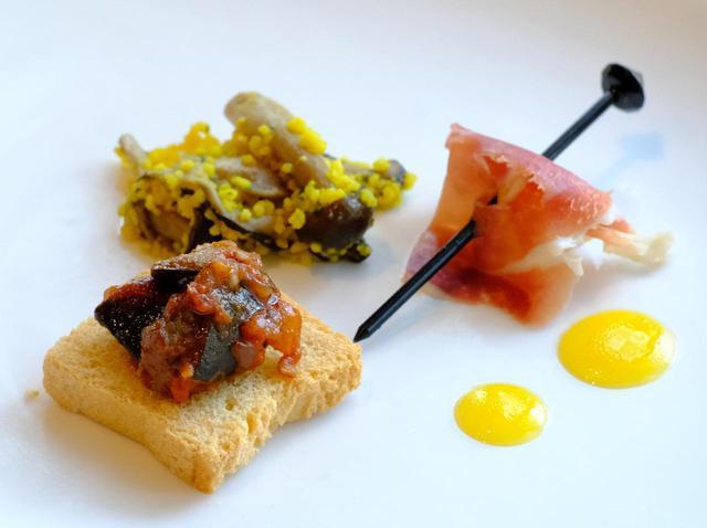 画像: 前菜は盛り合わせ。きのことクスクスのマリネ、生ハムと洋梨のピンチョス、ラタトゥイユのカナッペ。