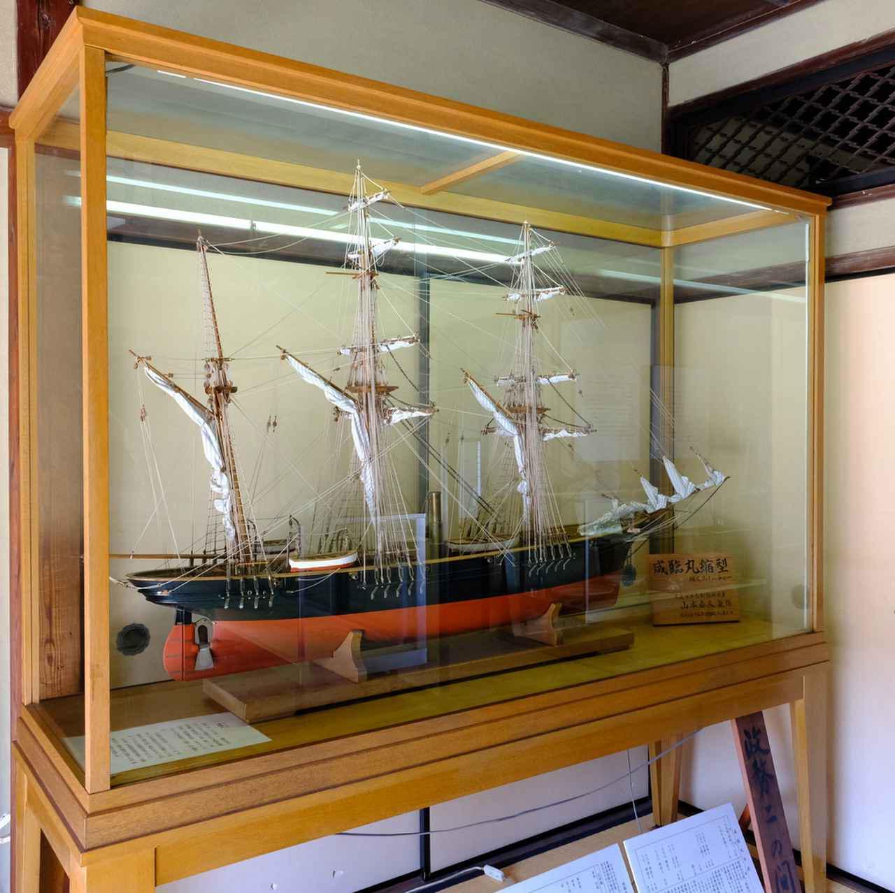 画像: 「咸臨丸」の模型。咸臨丸は「日米修好通商条約」批准のため、使節団を派遣する際の護衛艦として随行しました。乗組水夫50人のうち35人が塩飽出身者でした。
