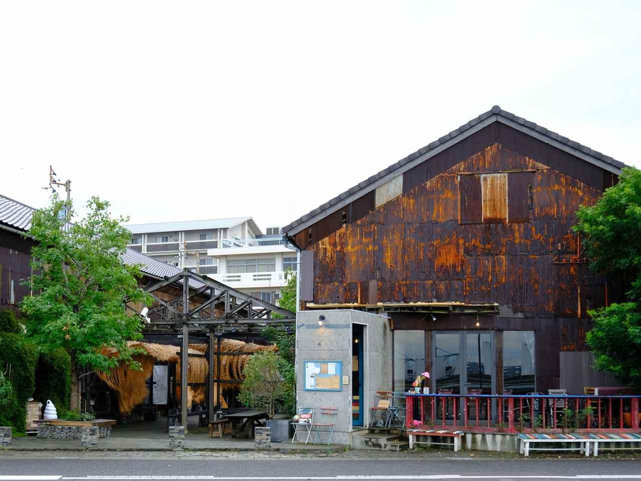 画像: 港町の倉庫や空きビルをおしゃれにリノベーションした「北浜alley」へ。JR高松駅、ことでん高松築港駅からそれぞれ徒歩10分ほど。