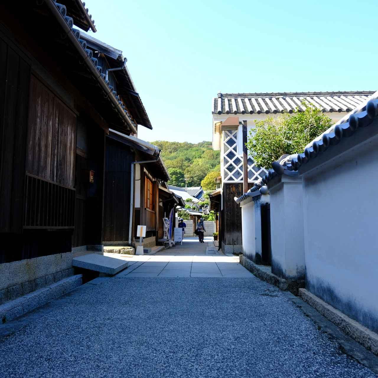 画像: 瀬戸芸のアート展示も行われていたのでたくさんの観光客で賑わっていました。なまこ壁が見える風景。