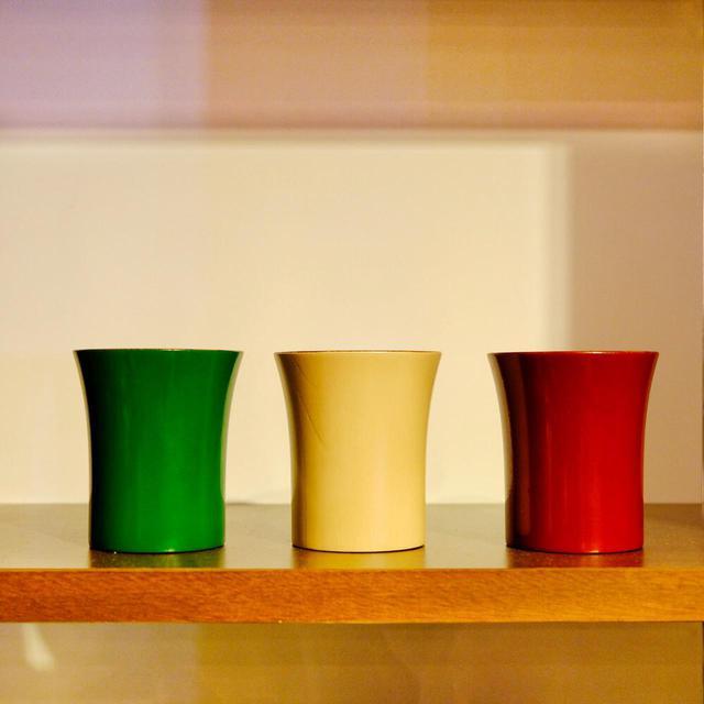 画像: 香川漆器も数多く見ることができます。色漆を使った木製カップ。
