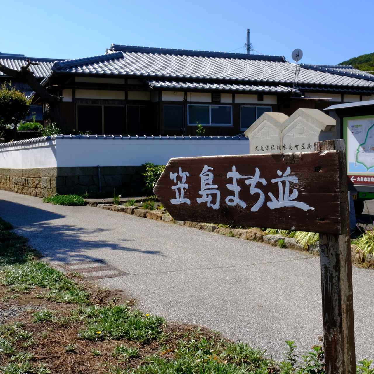 画像: 笠島の古い街並みは重要伝統的建造物群保存地区に指定されています。江戸時代から昭和初期までの古い民家や建物が残されています。
