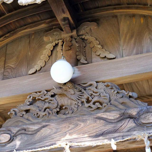 画像: 造りも大変立派です。波に揉まれる龍神の彫刻の上には大根とおぼしき彫刻も。