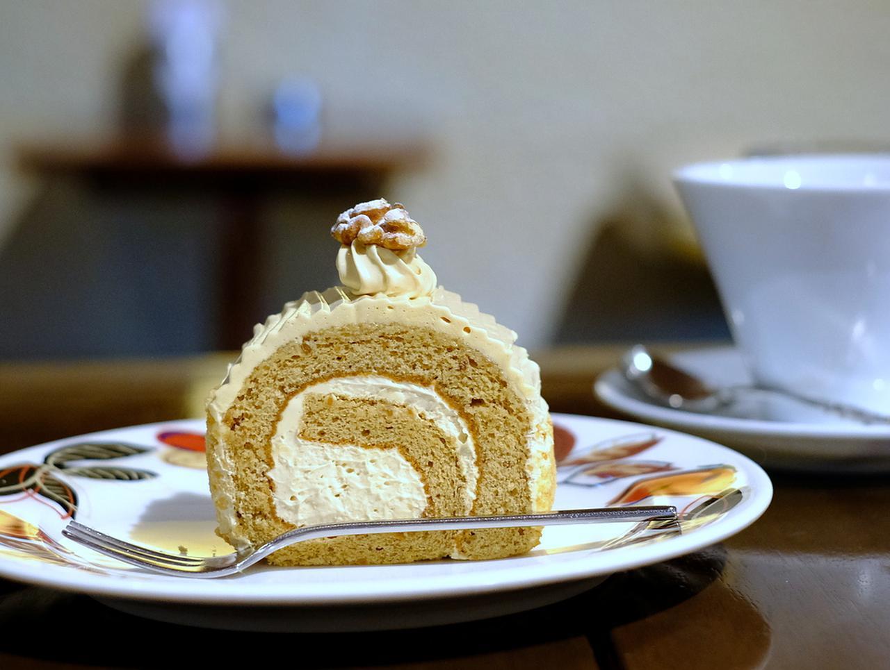 画像: ロールケーキ「ノア」。くるみを混ぜ込んだ生地でバタークリームをくるんだケーキです。