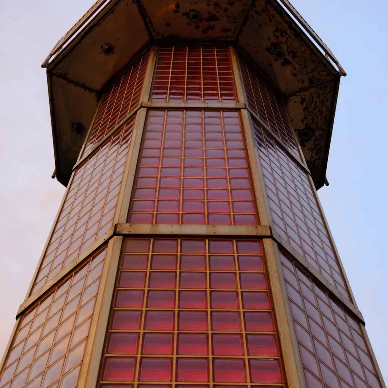 画像: 高松港玉藻防波堤灯台、愛称は「せとしるべ」。ボディ部分が全てガラスという珍しい灯台です。防波堤の先端にあり、遠くからでもその赤い姿が良く見えます。
