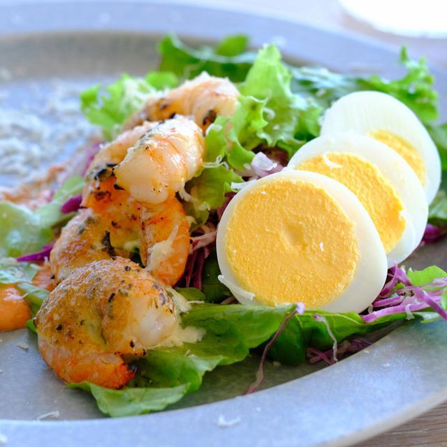 画像: 人気の「スモーブロー」はデンマーク流のオープンサンド。ライ麦パンの上に特製ソース、その上にはたっぷりのオーガニック野菜、そして海老と卵が乗り、粉雪のようなチーズがトッピングされます。