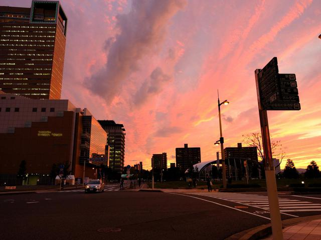 画像2: 宵闇が迫る中、灯台全体が赤く光り始めます。ピンクに染まる景色と灯台、行き交うフェリーの姿は感動的な光景でした。