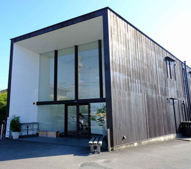 画像: 「仏生山温泉」。広い駐車場、温泉とは思えないモダンな外観。2007年グッドデザイン賞を受賞した日帰り温泉施設です。